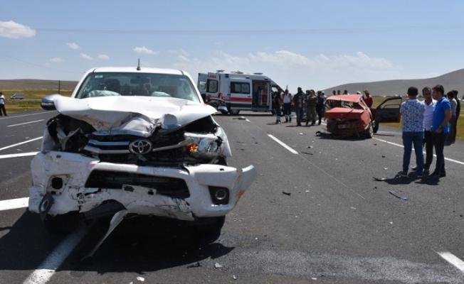 Ardahan karayolunda iki otomobilin çarpışması sonucu 2'si çocuk, 6 kişi yaralandı.