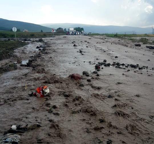 Ardahan'da Şiddetli yağış sürüyor, yol iz kalmadı