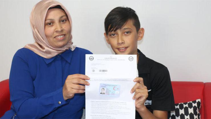 14 yaşındaki Halil İbrahim yeni kimlik kartını görünce şoke oldu