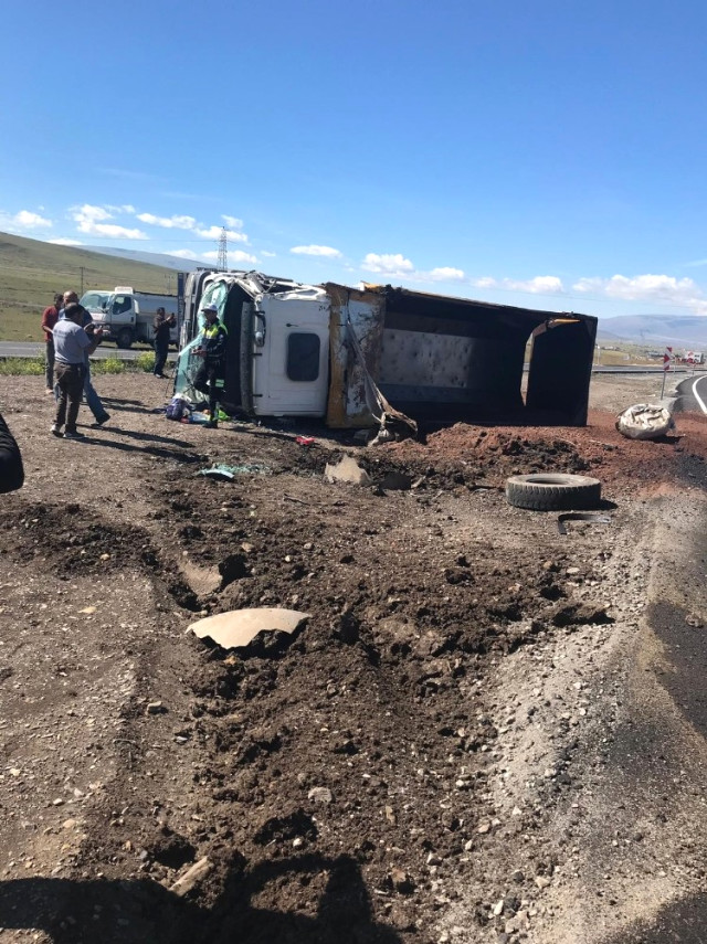 Ardahan'da Karayolları Kamyonuyla Beton Mikseri Çarpıştı: 2 Yaralı
