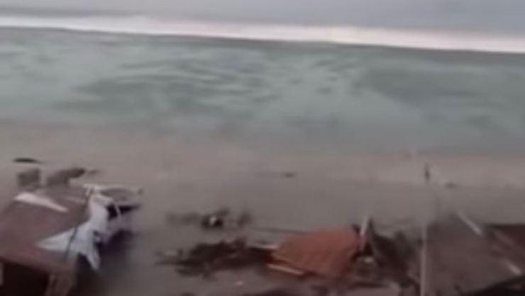 Endonezya 7.7'lik depremin ardından tsunami ile sarsıldı: 48 ölü