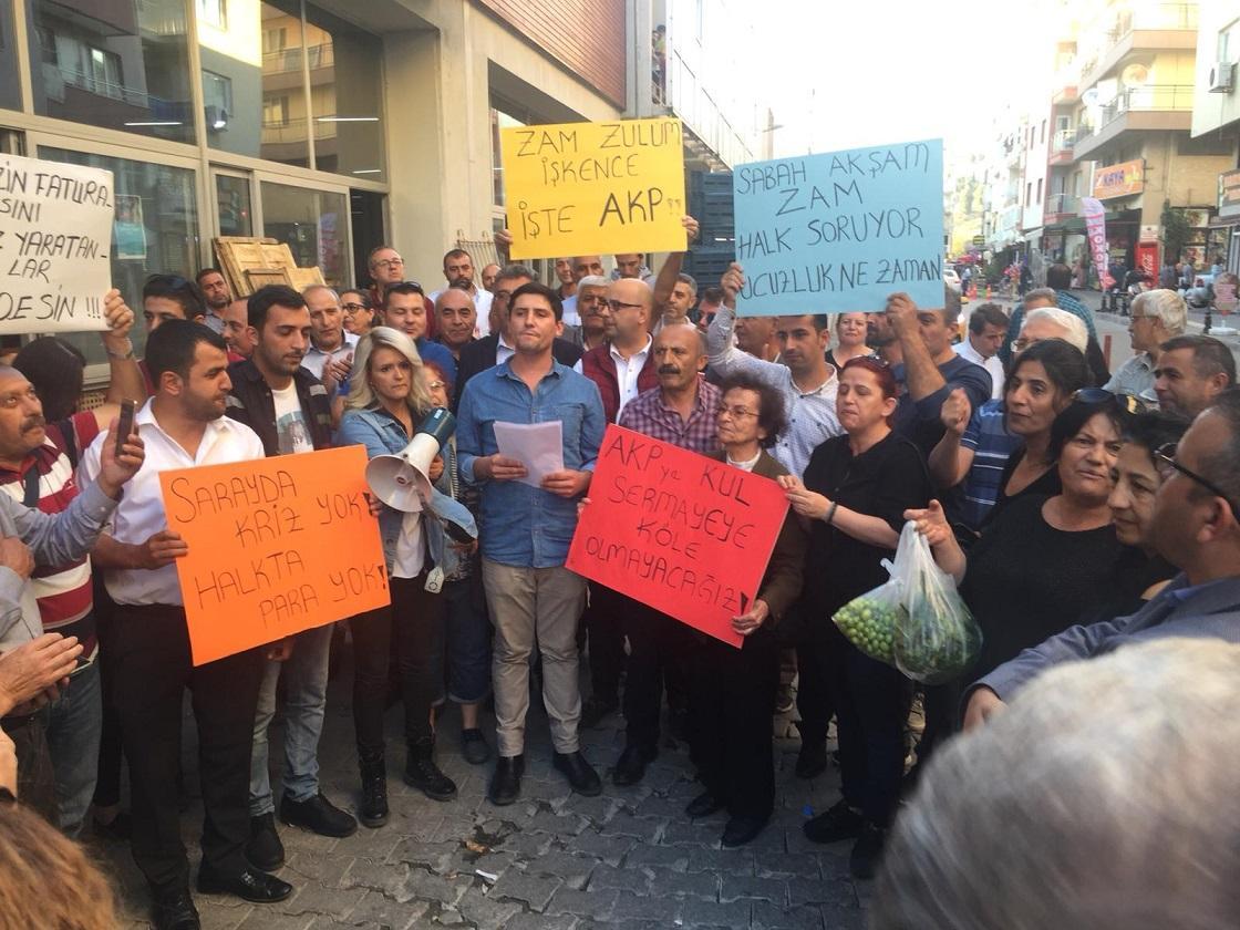 CHP BORNOVA GENÇLİK KOLLARI'NDAN AKP'YE ELEŞTİRİ BOMBARDIMANI