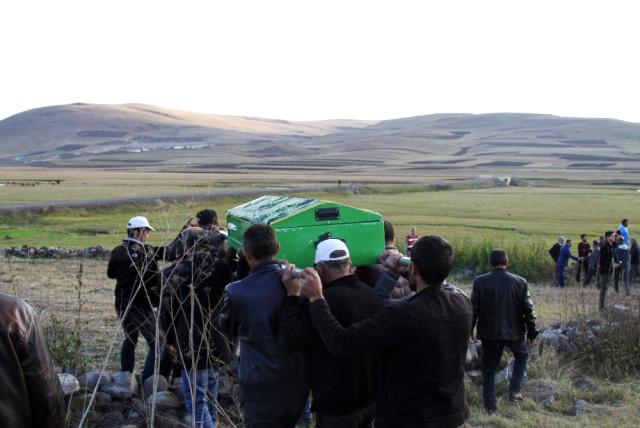 Ardahan'da Devrilen Dolabın Altında Ölen 10 Yaşındaki Çocuk Toprağa Verildi