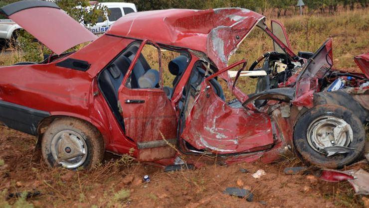 Kum yüklü kamyon, otomobile çarptı: 3 ölü, 2 yaralı