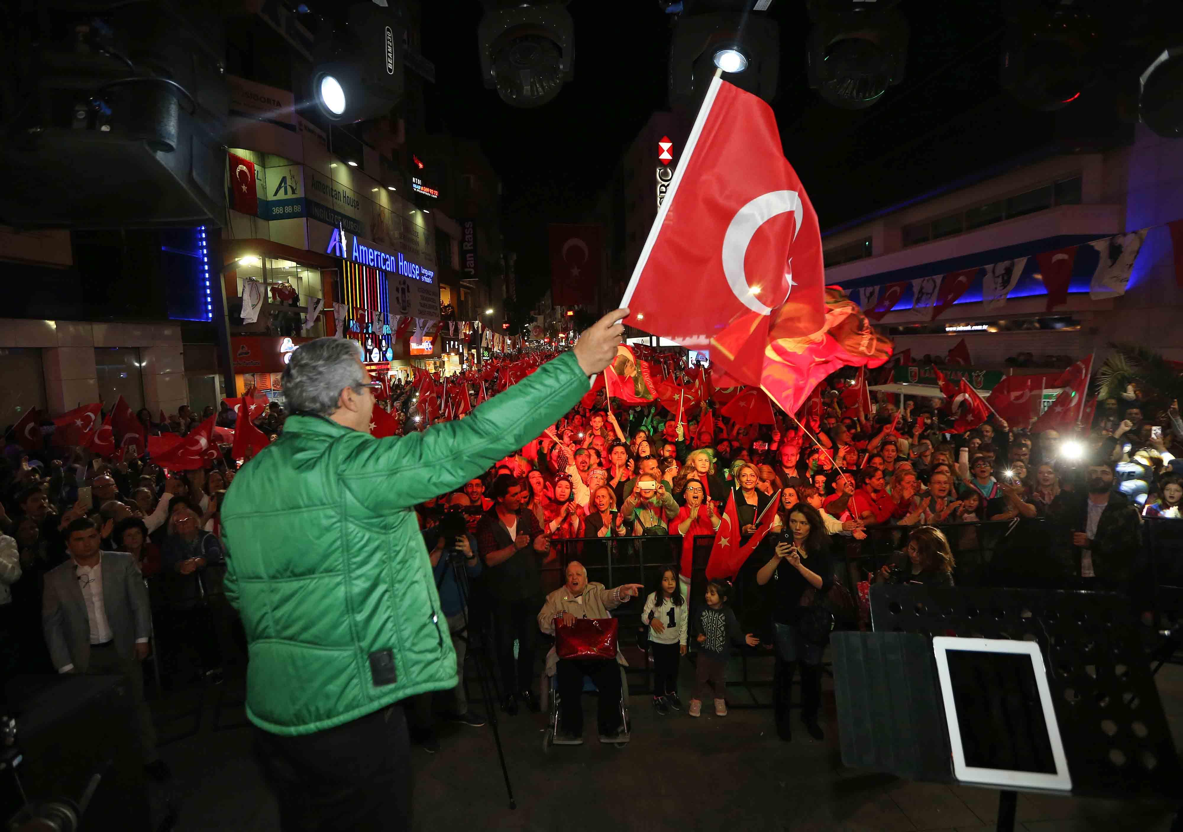Karşıyaka'da yer beyaz, gök kırmızı!