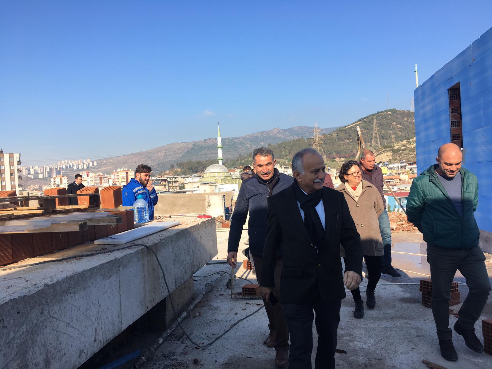 """Bayraklı Belediye Başkanı Hasan Karabağ'dan yerinde inceleme """"Arif Sağ Kültür Merkezi hızla yükseliyor"""
