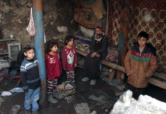 Ardahan'da Evleri yanan aile kış ortasında sokakta kaldı