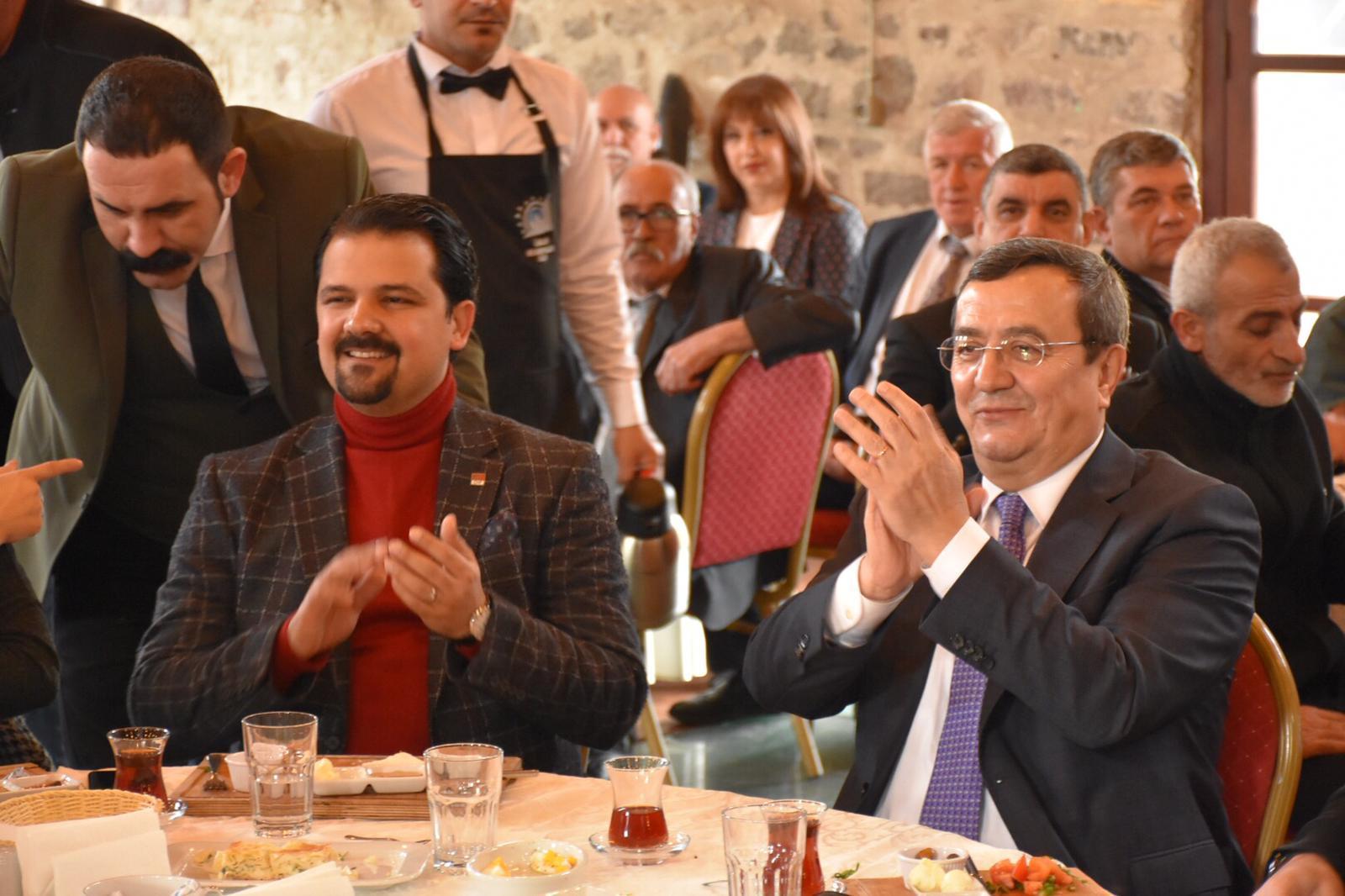 BATUR'DAN MUHTARLARA ELEKTRİK, SU VE İNTERNET SÖZÜ
