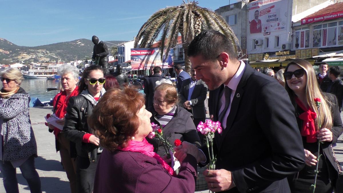 CHP'nin Foça adayı Fatih Gürbüz 8 Mart'ta karanfil dağıttı