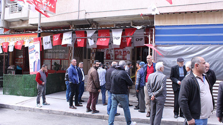 İzmir'de Bayraklı CHP'nin seçim bürosuna silahlı saldırı: 2 yaralı