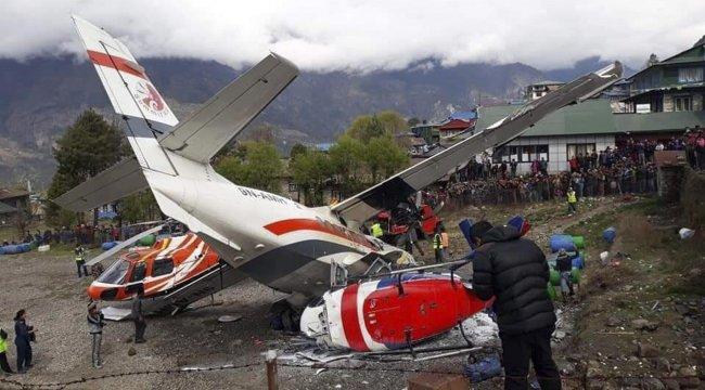 Nepal'de yolcu uçağı pistteki helikoptere çarptı: 3 ölü, 4 yaralı