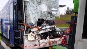 Yolcu otobüsü demir yüklü tıra arkadan çarptı: 2 ölü, çok sayıda yaralı