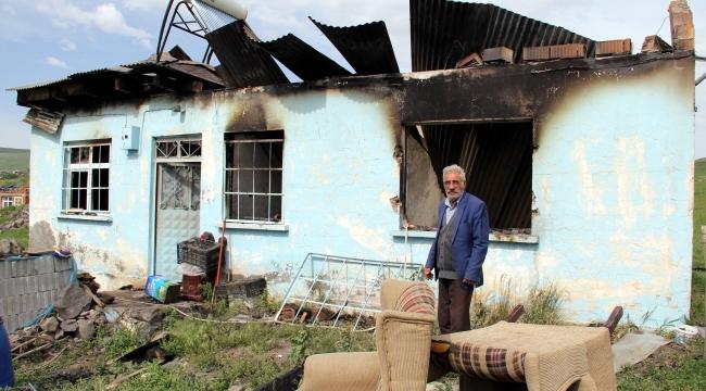 Kars'ta Atla gelip soydukları evi yaktılar