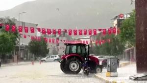 Ardahan'da dolu tarım arazilerine ve araçlarda hasara neden oldu