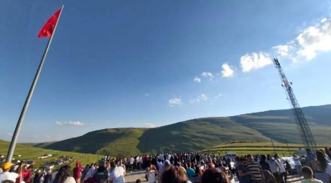 Ardahan Karadağ'a Atatürk silüeti yansıdı, yüzlerce kişi akın etti