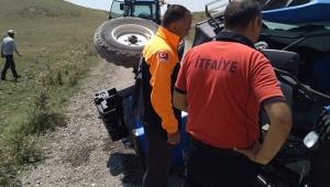 Devrilen traktörde sıkışan iki yaralıyı ekipler kurtardı