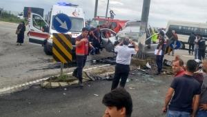 Trafik kazası beton direğe çarptı 3 ölü, 1 yaralı