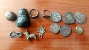 Ardahan'da bir kişi, Bizans dönemine ait tarihi eserleri satmaya çalışırken, jandarma tarafından yakalandı.