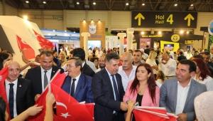 Başkan Sandal'dan ziyaretçilere Türk bayrağı