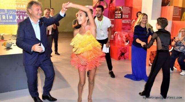 İduğ çiftinden gençlerle dans şov