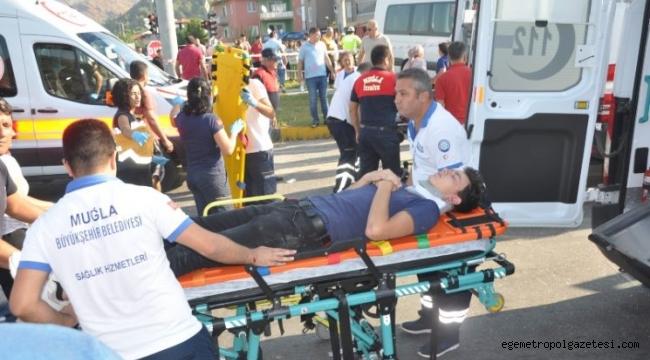 Kavşakta Kamyonla çarpıştı kazada 18 öğrenci yaralı 1'i hayatını kaybetti