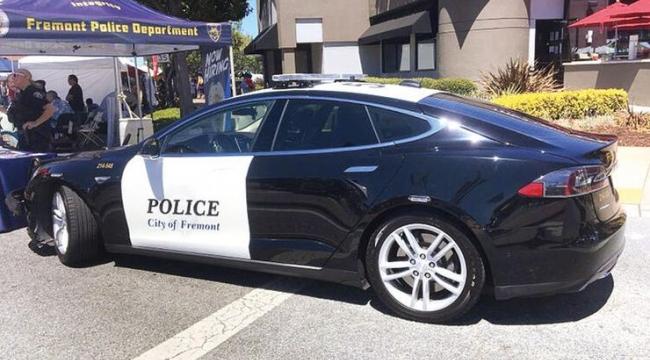 Polis arabası suçlu kovalarken yolda kaldı