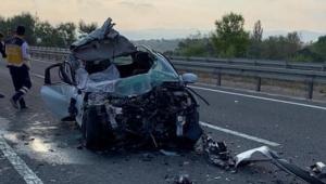 Tıra arkadan çarpan otomobil hurdaya döndü: 2 ölü, 1 yaralı