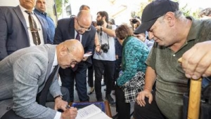 Başkan Tunç Soyer makam odasını minibüse yükledi, mahallelinin ayağına getirdi