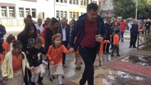 Başkan Sandal, öğrencilerle ağaç dikti