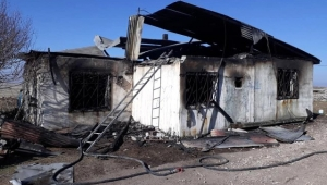 Çıkan yangında bir ev tamamen yandı.