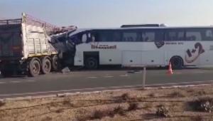 TIR'la otobüs çarpıştı! 2 Ölü ve 21 yaralı var