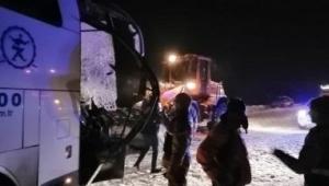 Yolcu otobüsü, kar temizliği yapan iş makinesiyle çarpıştı! 1 ölü