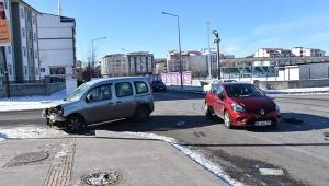 İki otomobilin çarpıştığı kazada 1 kişi yaralandı.