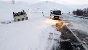 Kaygan yolda devrilen kamyonet ters döndü: 1 yaralı