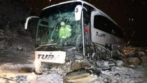 Yolcu otobüsü iş makinesine çarptı! Şarampole uçtu! 17 yaralı