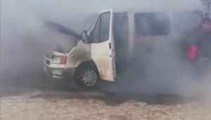 Donan minibüs, altında ateş yakılırken alev aldı
