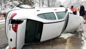 Bariyerlere çarpan otomobilde sürücü ile eşi yaralı