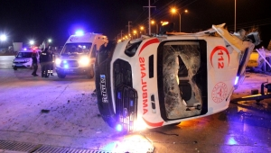 Tekeri patlayan ambulans beton bariyere çarparak fabrika devrildi: 3 yaralı