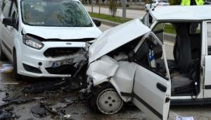 Hafif ticari ile Otomobil çarpıştı: 3 yaralı