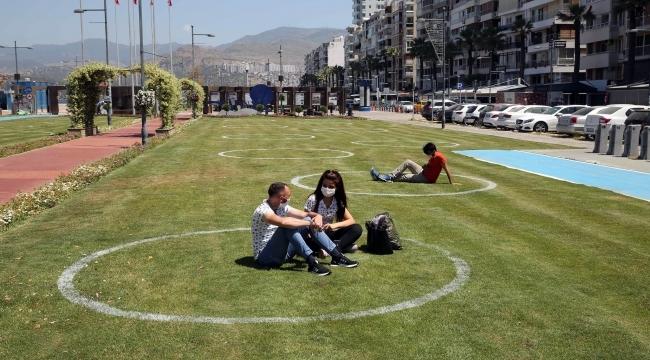 Türkiye'de bir ilk İzmir'de yeşil alanda çemberli sosyal mesafe dönemi