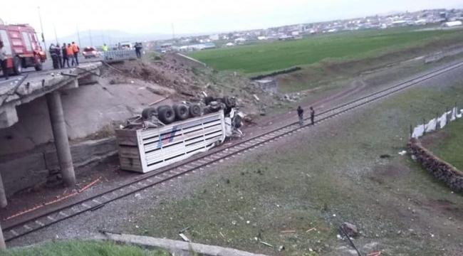 Ardahan-Kars kara yolunda kamyon köprüden uçtu: 1 yaralı