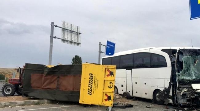 Traktör Otobüsüyle çarpıştı: 4 yaralı