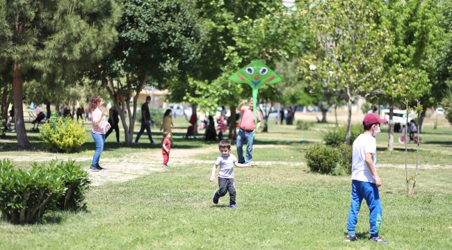 Bayraklı'da 44 parka yeni oyun grubu