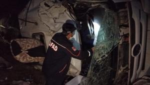 Ardahan'da iki ayrı kaza: Yakıt yüklü tanker devrildi 3 yaralı.