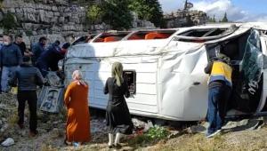 Kız istemeye giderken minibüs devrildi: 13 yaralı