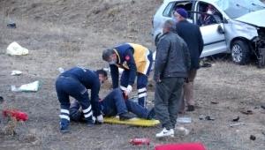 Direksiyon hakimiyetini kaybeden otomobil şarampole devrildi: 2 yaralı