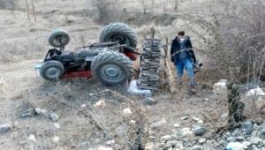 Devrilen traktörün altında kalan itfaiye eri hayatını kaybetti