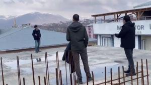 Ardahan Belediye başkanı 5 katlı inşaatan intihara kalkışan gencin atlamasını engelledi