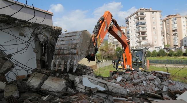 Gaziemir'de riskli yapılar yıkılıyor
