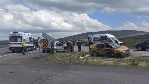 Ardahan'da taksi ile otomobil çarpıştı: 3 yaralı